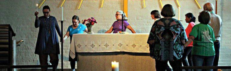 kurssilaisia tanssimassa kirkossa.